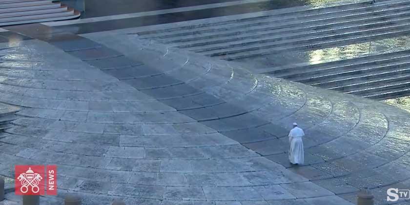 Il Papa che cammina solo nella pioggia
